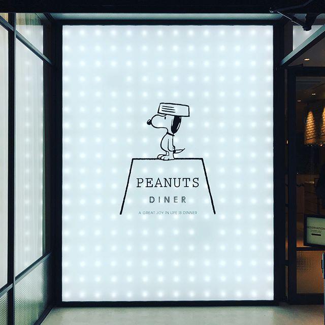 Perfect way to welcome the year of the dog in the world famous beagle's new diner in Yokohama! 今年は戌年🐕。新しくオープンしたスヌーピーダイナーで気分も上々。️今年もよろしくお願いします。🤗#peanuts #snoopy
